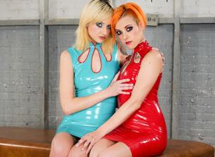 Phoenix Askani and Chelsea Grinds - A Latex Dream, Scène 1